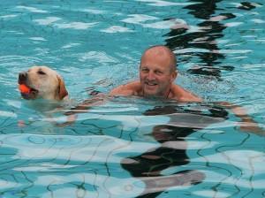 Hundeschwimmen_i_Freibad_1_klein